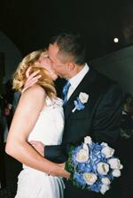 první manželský polibek...jeho náruživost a vášeň prý všechny zarazila včetně pana reverenda.....no, aspoň mají na co vzpomínat :-D