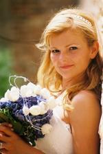 detail nevěsty...no, lepší už to fakt nebude...pihatá, zadržující smích, se slunkem v očích....