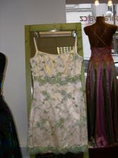 S paní návrhářkou Páralovou jsme vybraly zelenkavou krajku. Teď ještě jak sladit ženicha ;-)