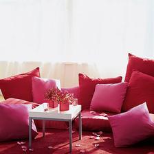 Jen růžová to může být - takový gaučík by jako svatební dar byl super :-)