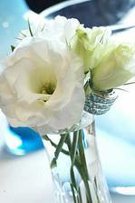 Tak kytička už je objednaná - hlavní kyti bude Eustoma v růžové barvě a ještě další krásný květiny, ale jejich jména si nepamatuju :-)