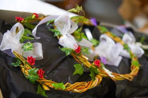 Svatební tabule + svatební účesy - inspirace - Proutí, nebo drátek lze použít na kostru věnečku, když ho pak obalíte bílým prostěradlem a dozdobíte, vypadá to moc hezky...