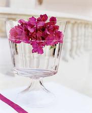 Podobné poháre som si kúpila, aj plávajúce sviečky (biele a ružové) + tam dohodím nejaké kvietočky