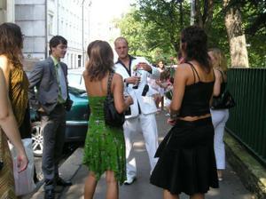 Venku před barákem mi kamarádky ožíraly budoucího manžela :-)