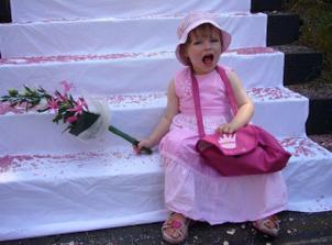 Rozesmátá neteřinka...ta si svatbu také náramně užila :-)