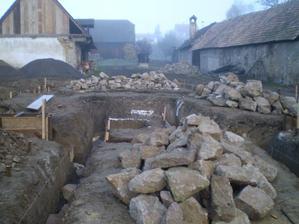 Zo starého domu nám ostalo veľa kameňa, s ktorým sme si pomohli.