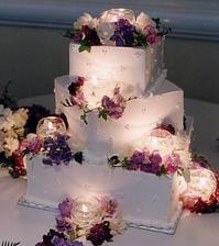 svadobná torta biela, podsvietená