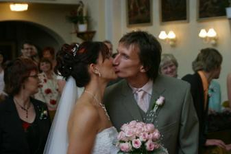 1.manželský polibek,na který farář zapomněl a my si o něj museli říct :-)