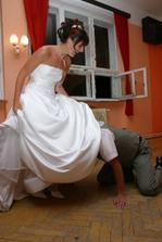 ...to,co bez použití rukou musíš sundat,aby sis zasloužil svatební noc :-)
