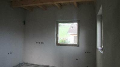 kuchyňa: na ľavej stene vstavane spotrebiče, v rohu medzi oknami umyvadlo a na pravej stene varna doska a digestor