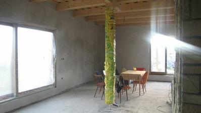 jedáleň a obývačka...v strede drevený stĺp..pekne zabalený:)