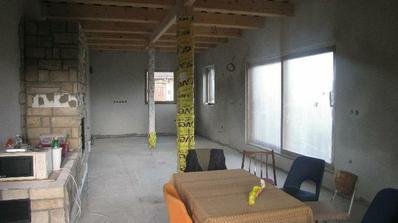kuchyňa, jedáleň a obývačka.........z krbu momentálne barový pult:)