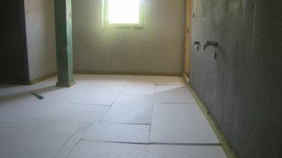 kúpelna na poschodí....polystyren a na to pojde podlahove kurenie