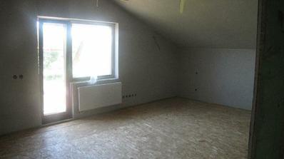 izba s východom na terasu...spravené podlahy (kročajova izolácia 2 cm a 5 cm a osb dosky 2 vstvy) pripravene na plávajúcu podlahu