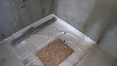 tu bude sprcha s vyspádovanou podlahou do žľabu...