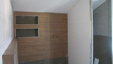 vľavo bude osadená a obmurovaná vaňa a vpravo sprcha s vyspádovaným žľabom...a za bielou stenou WC