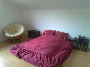 a v spálni už tiež podlaha + provizórne víkendové spanie:)