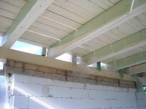 upevnene stropne trámy a len položené dosky..