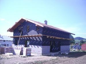 """""""nádherná čierna"""" stavba opláštené fóliou a komín už tiež stojí....."""