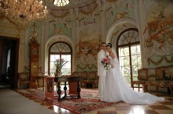 Nevěsta měla krásné šaty a korunku a závoj