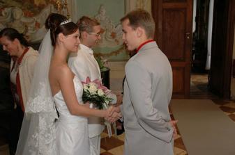 I my jsme se zúčastnili, tady zrovna přeje můj přítel nevěstě a já ženichovi