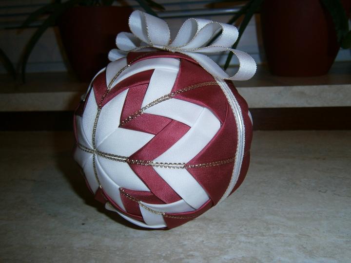 Dekorácie a vlastnoručné výtvory - ...a moja prvá patschworg vianočná guľa je na svete....