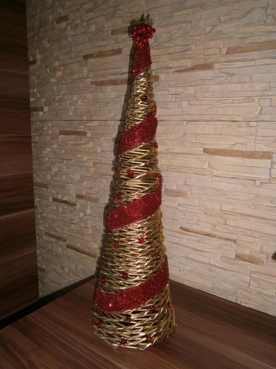 Dekorácie a vlastnoručné výtvory - stromček pletený z papiera