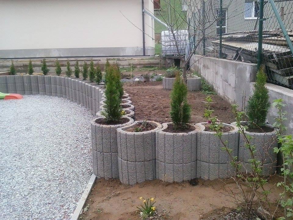 Skalka a záhrada - ...kúsok úžitkovej záhrady - bylinky, hrach, jahody...