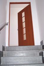 Pohled ze spod schodiště 1.9.2010 - vymalováno a dveře oddělující byty