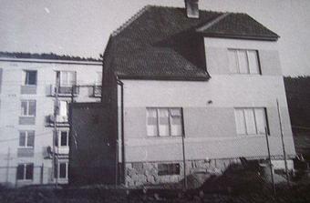 Takhle vypadal náš dům nově postavenej, bez sousedů...