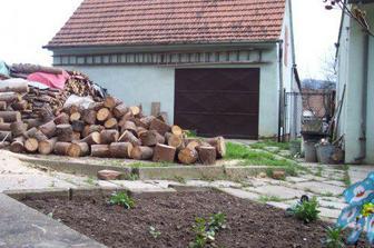 po úklidu, s hromadou dřeva na zimu
