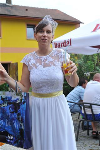 Letní krátké šaty s krajkou a žlutým lemem (vel.36 - Obrázek č. 3