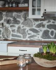oheň, surové drevo, kameň, čerstvé kvety a mach.. príroda u nás doma