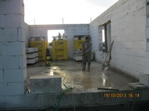 Uklízení napadaného betonu po věnci a vylévání vody