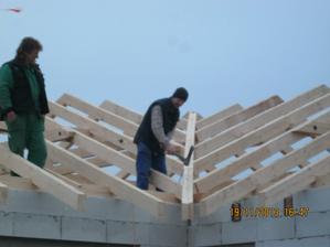 Už zbývá jen zatlouct poslední hřebíček a střecha je hotová, jupí (o=