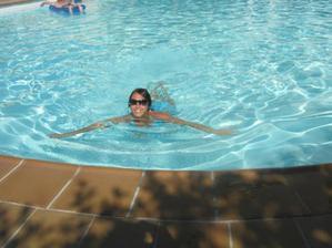 V hotelovém bazénku.