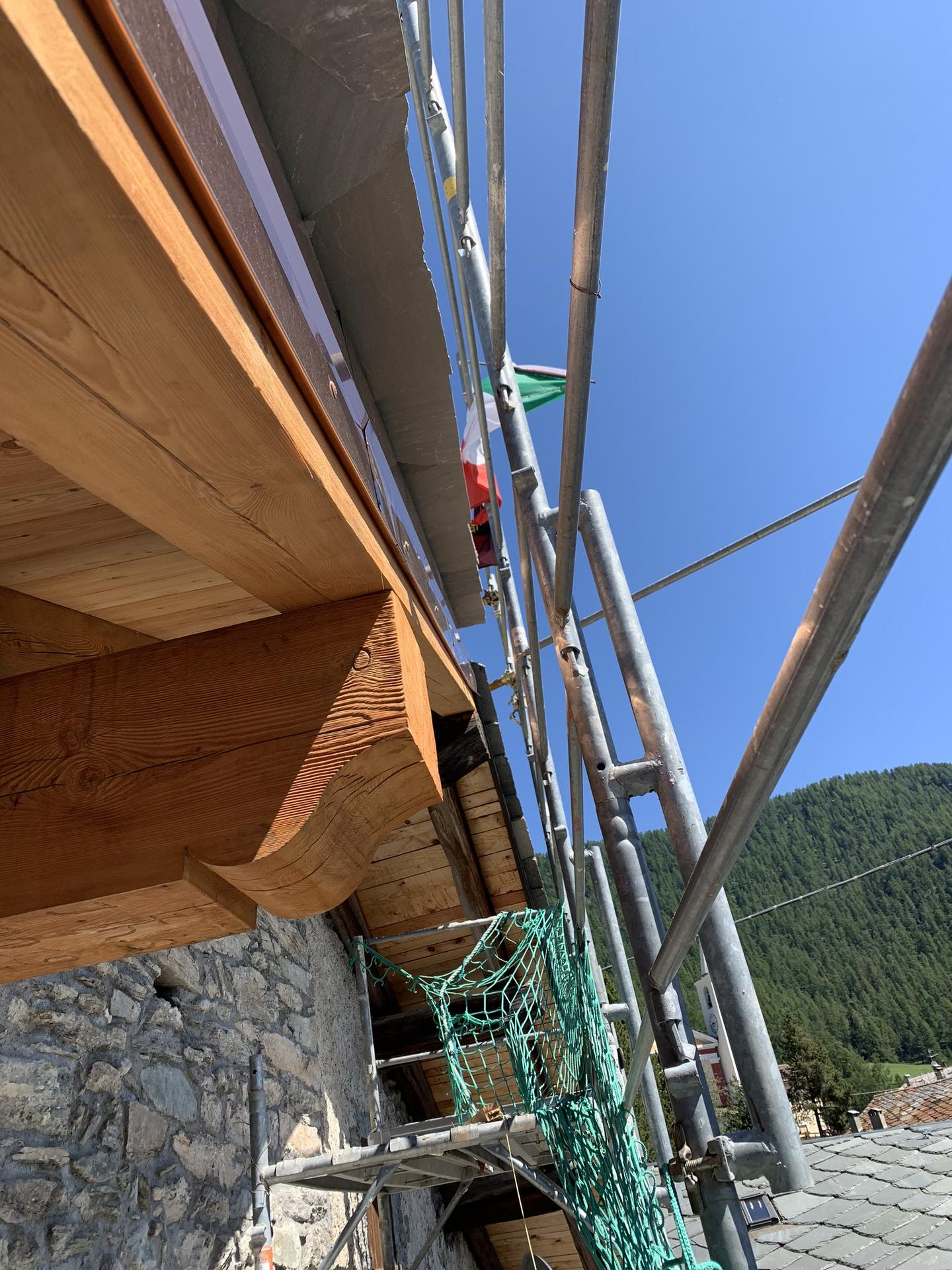 Horsky domcurik - Urady su prisne (aspon na nas), balkony (Hlbka)nesmu presiahnut strechu..to ze ma sused balkony o 30cm precnievajuce to asi nevadi..