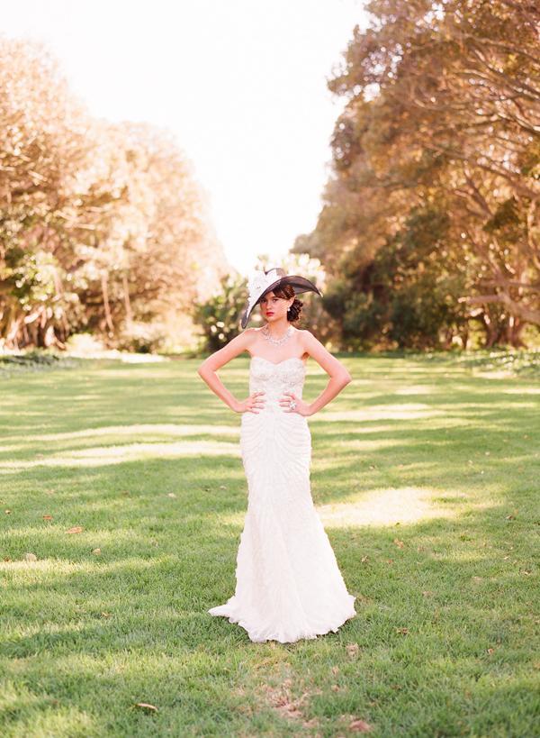 Princezná v klobúku - šaty: Monique Lhuillier ... klobúk: Louise Green Millinery