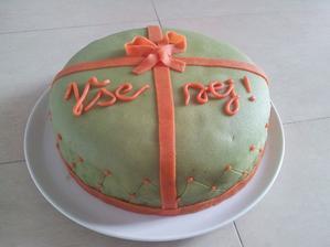 :-D muj prvni a posledni potahovany dort! Sice k narozeninam, ale uz vim, ze na svatbu si pect urcite nebudu! :-D