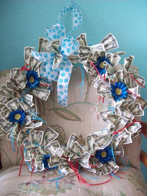 Originálně zabalené peníze jako dárek - svatební věnec