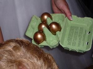"""6 zlatých vyfouknutých vajíček.Ve vajíčkách jsou buď smotané penízky a nebo lísteček na kterém stojí """"vajíčko je prázdné,nezlobte se,kohout nebyl doma"""""""