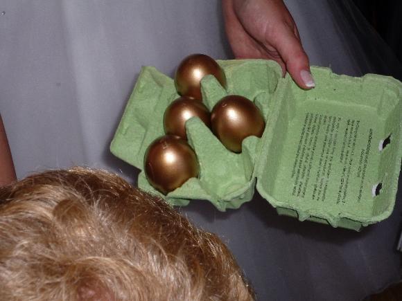"""Originálně zabalené peníze jako dárek - 6 zlatých vyfouknutých vajíček.Ve vajíčkách jsou buď smotané penízky a nebo lísteček na kterém stojí """"vajíčko je prázdné,nezlobte se,kohout nebyl doma"""""""