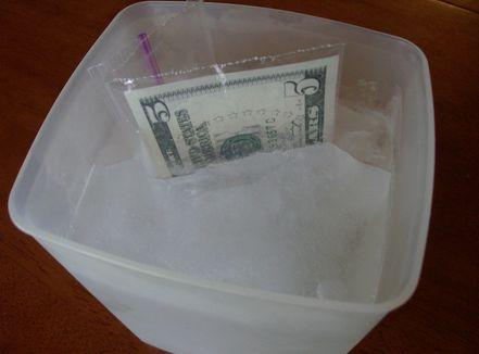 Originálně zabalené peníze jako dárek - opět v ledu jako pití:)
