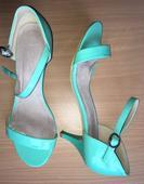 Nízke tyrkysové sandálky s chybičkou, 38