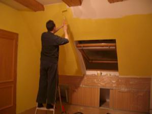 nejdříve žlutou na dvou stěnách