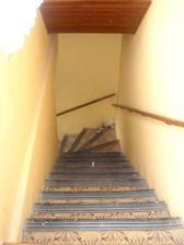 Schodiště do patra. Uvidíme, jestli se nám podaří schody trochu srovnat.