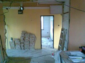 17.4.2012 - Zmizela téměř celá zeď chodba/kuchyně, toto je pohled z kuchyně. Vest. skříň z chodby už je zbouraná, na jejím místě budou dveře do kuchyně.
