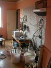 2.4.2012 - Před vypuknutím bouracích prací. Spíž se zruší, kuch. linka bude podél celé stěny k oknu.