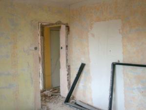Na zdi naznačeno umístění budoucích dveří, stávající se zazdí.