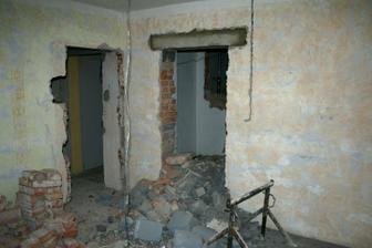 12.4.2012 - Nové dveře už probourány.